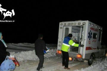 انتقال کودک مریض روستایی به اورژانس بعد از ۱۰ ساعت عملیات برف روبی شبانه