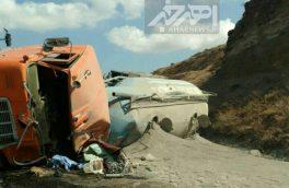 تصاویر واژگونی کامیون حامل سیمان در جاده اهر – کلیبر