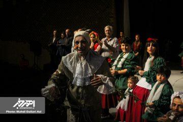 اهری ها در تالار تئاتر شهر تهران از حسین محب اهری تجلیل کردند
