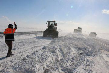 برف و کولاک راه ارتباطی ۶۰ روستای اهر را مسدود کرد